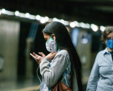 Usuários do metro usam máscaras em São Paulo