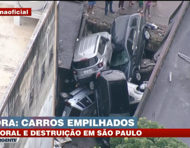Carros empilhados em São Paulo