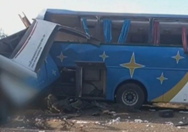 Acidente entre ônibus e caminhão
