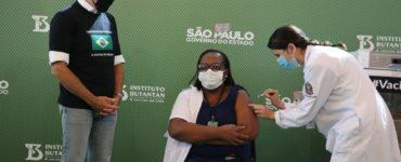 Primeira brasileira vacinada